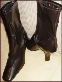 07-0253 PAIR OF WOMEN'S BOOTS Michelle D 8.5 Med